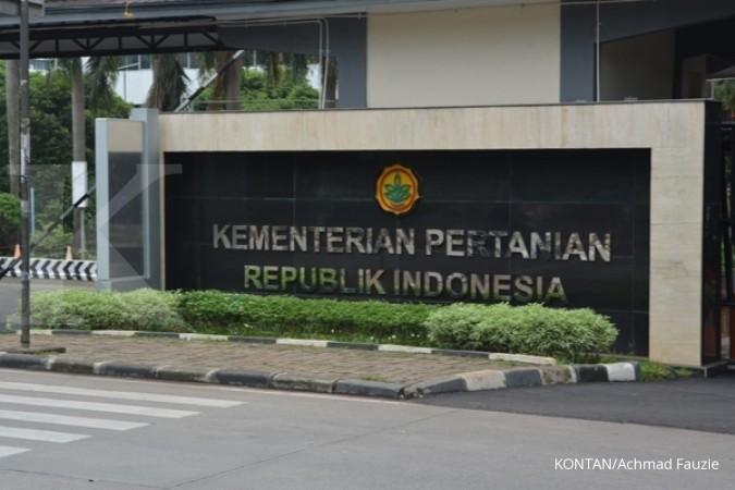 Kantor menteri pertanian di jalan Ragunan Jakarta Selatan. suasana lalu lintas, penjual tanaman di depan kantor menteri pertanian. Busway tua dan metromoni, kopaja ac dan taksi serta pengendara lainya. Pho KONTAN/Achmad Fauzie/ 21/1/2015.